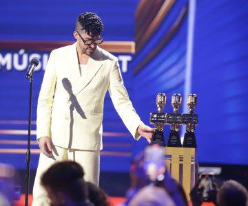 Bad Bunny arrasa con los Premios Billboard y protagoniza junto a Paquita el momento de la noche